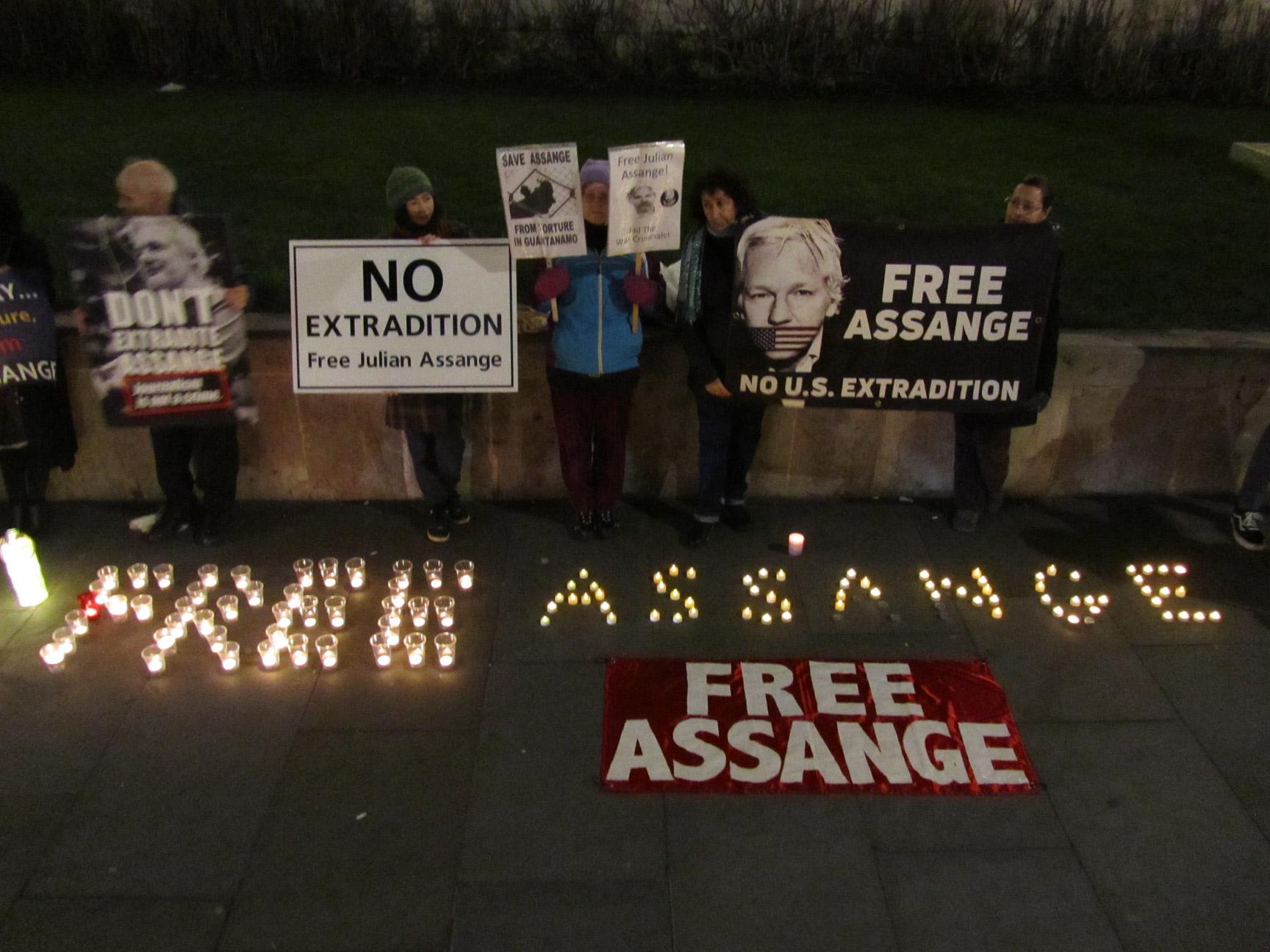 Assange-Mahnwachen nötiger denn je! In den Zeiten des ungebremsten Säbelrasselns gegenüber Iran durch die anhaltende US-GB Koalition hielt ich mich einmal mehr für ein paar Tage in London auf, um zu sehen, was sich in der Assange-Affäre tut. Leider nicht sehr viel von offizieller Seite, aber zum Glück sind seine Unterstützer nach wie vor sehr aktiv und in Deutschland und Belgien gehen die Aktivisten mit gutem Beispiel voran. Siehe dazu auch die Hinweise am Ende. Eine Zusammenfassung der Zeit zwischen den Jahren von Moritz Müller...