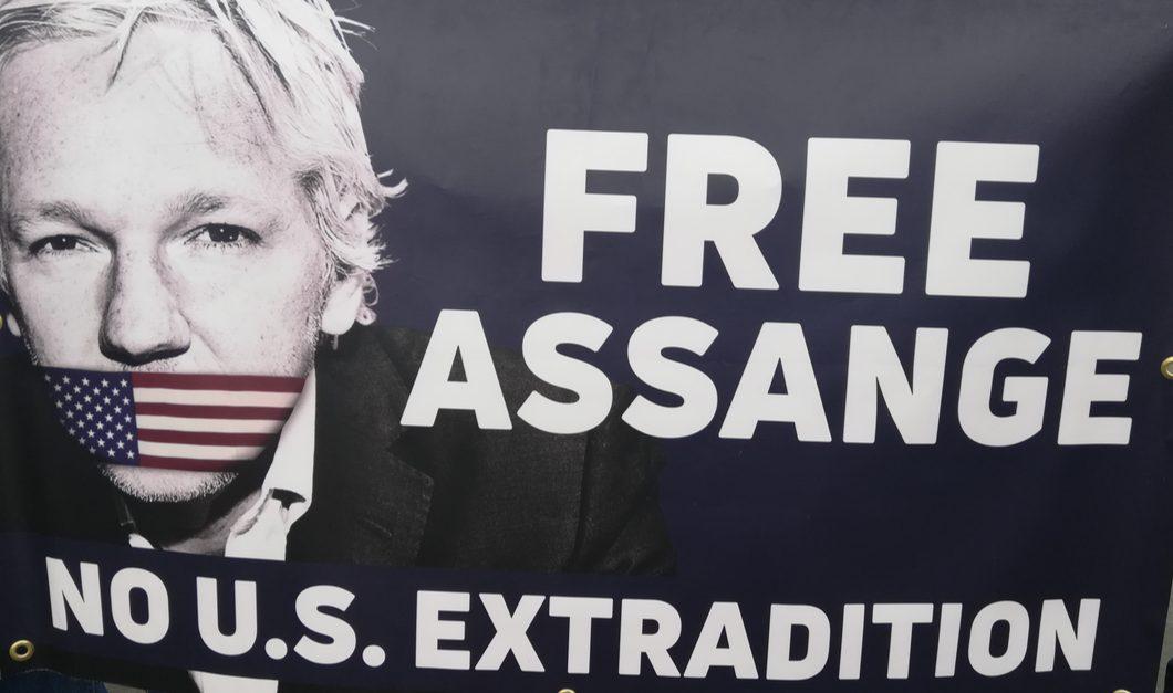 Assange darf nicht ebenfalls im Gefängnis sterbenNicht wenige in den höchsten Kreisen vor allem der USA dürfte der angebliche Selbstmord des Multimillionärs und mutmaßlichen Mädchenhändlers Jeffrey Epstein in einem US-amerikanischen Gefängnis zupassgekommen sein. Derweil fristet auf der anderen Seite des Atlantiks ein anderer der Elite unliebsamer Gefangener sein Dasein im Gefängnis. Seit Mai wartet Julian Assange, der Tausende von Dokumenten über skrupellose Verbrechen vor allem von US-amerikanischen Führungsfiguren ans Licht der Öffentlichkeit gezerrt hat, im Londoner Belmarsh Gefängnis auf sein Verfahren um die Auslieferung an die USA: Julian Assange. Der frühere britische Botschafter Craig Murray ist mehr als beunruhigt...